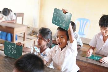 学校で学ぶ子どもたち (Unicode エンコードの競合)