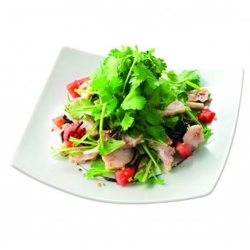 全国の「わたみん家」で提供される「パクチーと蒸し鶏のヘルシーサラダ」