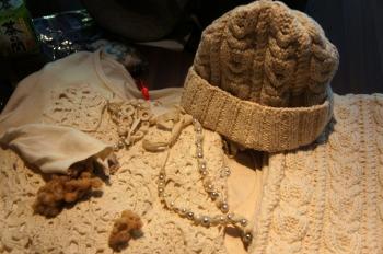 東北グランマの手仕事で扱う商品。衣料品のほか、ふぞろい真珠を使ったネックレスなどもある