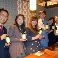 完成した製品を手にするNPO法人チルドリンの蒲生美智代代表(左から3人目)と、ワタミ株式会社経営企画本部の渡邉将也氏(同4人目)