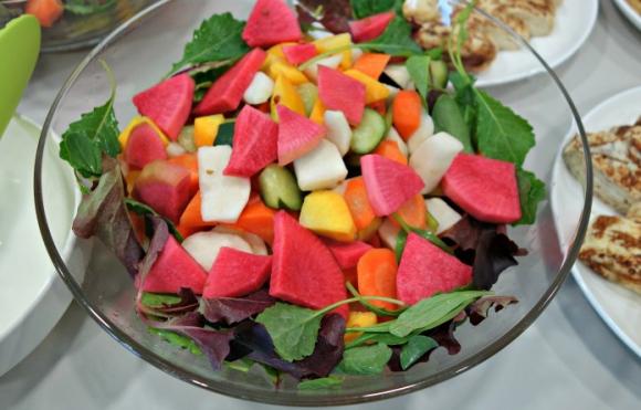 色とりどりの有機野菜のピクルス