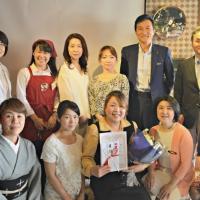 「居ながら観光バス」事業を立ち上げた田嶋恵利子さん(中央)