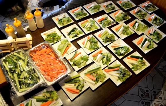新鮮で色鮮やかな福島産の無農薬・無化学肥料の野菜。野菜スティックとしてそのおいしさを丸ごと味わった