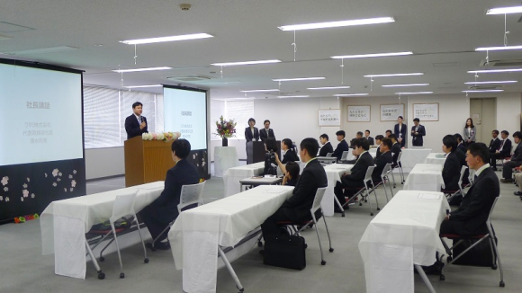 新卒メンバーを激励するワタミ株式会社の清水邦晃社長