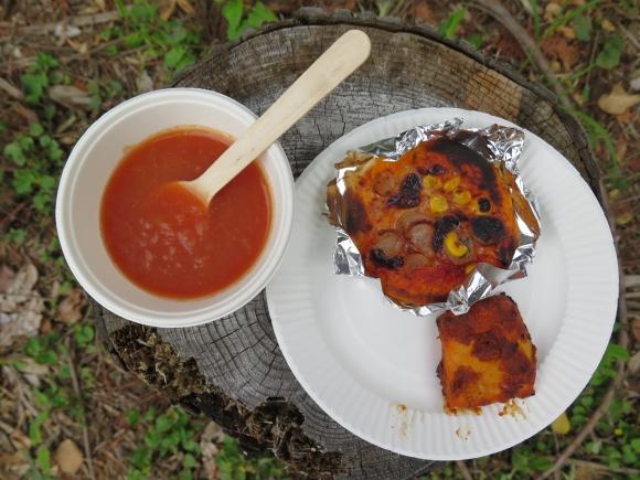 昼食には冷製スープ、窯焼きピザやタンドリーチキンが振る舞われた