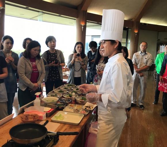 昼食の前にはシェフによる料理講座が開かれた