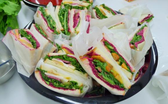 赤、緑、黄色と色鮮やかな手づくりサンドウィッチ
