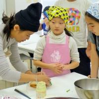 講師のオオヤマさん(右)と参加した子どもたち(保護者の許可は取っています)