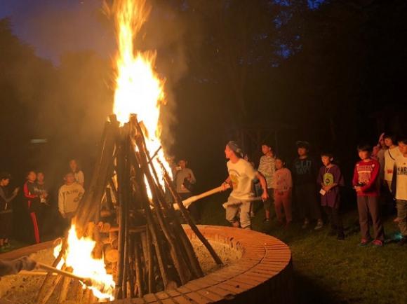 夜のキャンプファイヤーには、「夢の神様」も登場した