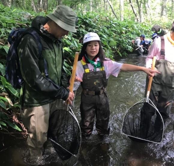 ザリガニとりを通して、生態系を学んだ子どもたち