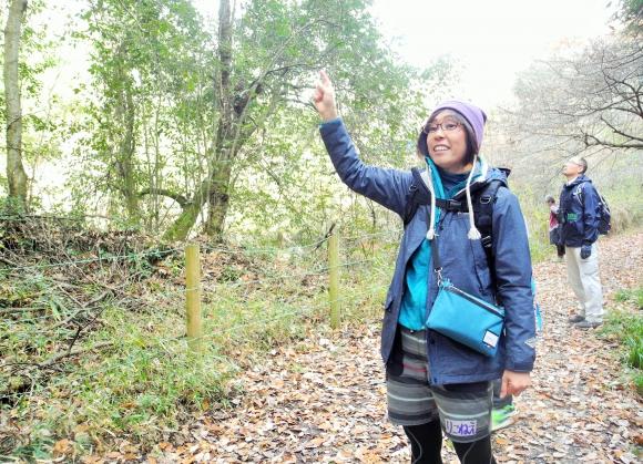 森を案内するインタープリター酒井立子さん